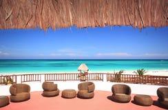 海滩草俯视的手段屋顶海运tye 免版税库存照片
