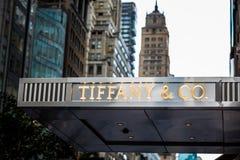 Tyffany och Co lagra framdelen i NYC på den 5th avenyn Fotografering för Bildbyråer