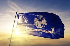Tyg för torkduk för textil för flagga för Förenta staternaarmé som vinkar på den bästa soluppgångmistdimman arkivbilder