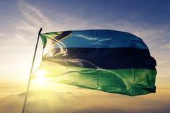 Tyg för torkduk för Zanzibar flaggatextil som vinkar på den bästa soluppgångmistdimman royaltyfri illustrationer