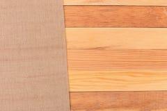 Tyg på trätabellen Mjuk brun vävd linnetygtextur/, Royaltyfri Bild