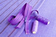 tyg som låser den purpura trådzipperen Royaltyfri Fotografi