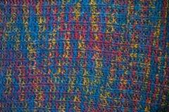 tyg stucken textur Closeupsikt av den mångfärgade tygärmlös tröja Flerfärgad abstrakt bakgrund och textur för formgivare colo Arkivfoto