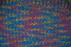 tyg stucken textur Closeupsikt av den mångfärgade tygärmlös tröja Flerfärgad abstrakt bakgrund och textur för formgivare colo Arkivbild