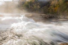 Tygart flodkaskader över vaggar på dalnedgångdelstatsparken royaltyfri bild