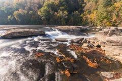 Tygart flodkaskader över vaggar på dalnedgångdelstatsparken Arkivbilder