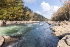 Tygart flodkaskader över vaggar på dalnedgångdelstatsparken Arkivbild