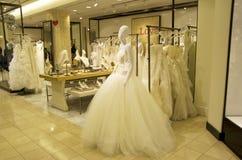 Tygeln shoppar bröllopsklänningen Arkivbilder