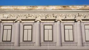 Tyget med ett tryck av den uppdaterade fasaden som täcker den gamla stuckaturbyggnaden arkivbilder