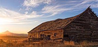 Tygh Ridge Barn bei Sonnenuntergang Stockfotografie