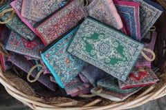 Tygplånböcker med invecklade sydde modeller i bulgariskt souvenirlager arkivbild