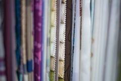 Tygprövkopior i en gardin shoppar Arkivbilder