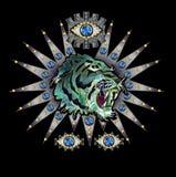 Tygrys, oko na srebnego tła hafciarskiej łacie z cekinami i koraliki dla tekstylnego projekta, Fotografia Royalty Free