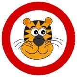 Tygrysa kierowniczy ono uśmiecha się w drogowym znaku royalty ilustracja