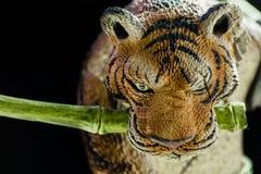 Tygrysiego klingeryt zabawki postaci zbli?enia makro- widok fotografia stock
