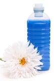 Tygsoftener med blomman Arkivbild