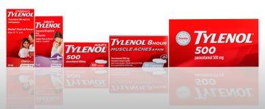 Tylenol caplets i oralny zawieszenie w czerwieni pakuje na gradientowym tle Lek dla ulga b fotografia stock