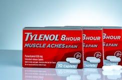 Tylenol 8 godzin 650 uwolnienia caplets w czerwieni pakuje na gradientowym tle Lek dla ulga bólu, febra, mięsień boli obraz stock