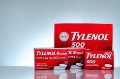 Tylenol 500 mg i Tylenol 8 godzin 650 uwolnienia caplets w czerwieni pakuje na gradientowym tle Lek dla ulga bólu zdjęcie stock