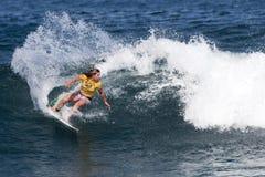 Tyler Wright que practica surf en favorable hawaiano de las mujeres Imágenes de archivo libres de regalías