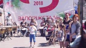 Tylish, mooie jonge kerels die, gebaarde mannen spel op de Kozak, militaire trommels, tulumbas, samen met vrouwen in a bevinden z stock footage