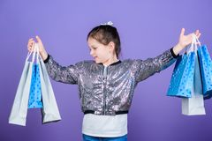 Tylko jeden dzień wielka oferta Specjalna oferta Wakacyjny zakupu oszcz?dzanie Ma?a dziewczyna z torbami na zakupy Sprzeda?e i ra zdjęcia royalty free
