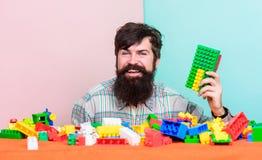 tylko spokojnie szczęśliwa ojciec sztuki gra brodaty modnisia mężczyzna bawić się zabawka bloki rozwojowy marzy lato Budować z obrazy stock