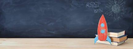 tylna banner do szkoły Malująca karton rakieta obok książek przed sala lekcyjnej blackboard ilustracja wektor