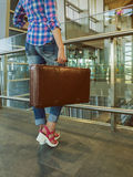 tylna dziewczyna Lotniskowy Terminal Rocznik retro walizka Co Zdjęcia Royalty Free