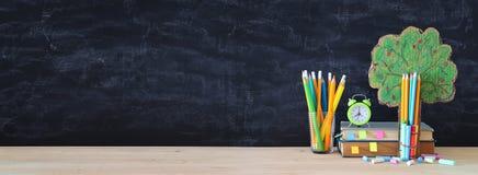 tylna koncepcji do szkoły drzewo wiedza i ołówki przed sala lekcyjnej blackboard royalty ilustracja