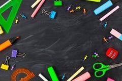 tylna koncepcji do szkoły Szkolne dostawy na blackboard tle obrazy royalty free