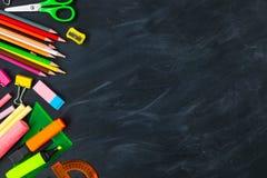 tylna koncepcji do szkoły Szkolne dostawy na blackboard tle obraz stock