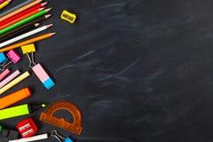 tylna koncepcji do szkoły Szkolne dostawy na blackboard tle zdjęcie stock