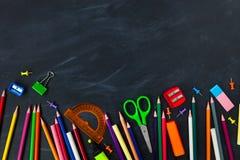 tylna koncepcji do szkoły Szkolne dostawy na blackboard tle zdjęcia royalty free