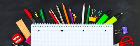 tylna koncepcji do szkoły Szkolne dostawy na blackboard tle zdjęcia stock
