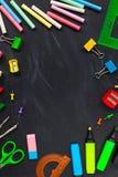 tylna koncepcji do szkoły Szkolne dostawy na blackboard tle fotografia royalty free