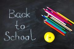 tylna koncepcji do szkoły Szkolne dostawy na blackboard tle fotografia stock