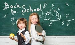 tylna koncepcji do szko?y Dziewczyna i chłopiec z szczęśliwej twarzy wyrażeniowym pobliskim biurkiem z szkolnymi dostawami kosmos obraz stock