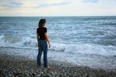 tylna piękna seacoast pozyci kamienia kobieta obraz stock