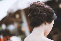 Tylna strona młody azjatykci kobiety przedstawienia hairstyling zdjęcia stock