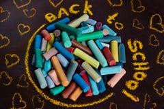 tylna szkoły Kawałki kolor kreda na ciemnym tle fotografia stock