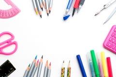 tylna szkoły Kolorowa szkolna materiały otoczka odizolowywająca na białym tle - copyspace odgórny widok Zdjęcia Stock