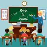tylna szkoły Sala lekcyjna z dziećmi Nauczyciel przy blackboard Obrazy Stock