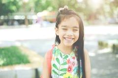 tylna szkoły Szczęśliwa uśmiechnięta dziewczyna od szkoły podstawowej Zdjęcie Royalty Free