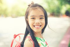 tylna szkoły Szczęśliwa uśmiechnięta dziewczyna od szkoły podstawowej Obrazy Stock