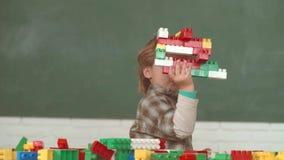 tylna szko?y Szko?a dzieciaki Chłopiec i dziewczyna od szkoły podstawowej przy szkolnym jardem Rozochocony uśmiechnięty dziecko p zbiory