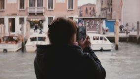 Tylnego widoku szczęśliwa starsza kobieta bierze smartphone fotografie na gondoli wycieczkowej wycieczce turysycznej podczas Wene zbiory wideo
