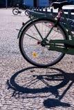 Tylni koło bicykl ciska cień na brukującej ścieżce zdjęcie royalty free