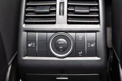 Tylni ?rodkowa konsola na panelu w?rodku samochodu z w g?r? klimat kontroli i siedzenie nagrzewacza zapina w szaro?? i czerni aut fotografia royalty free