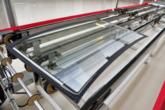 Tylni samochodowy szkło na fabrycznej linii obraz stock